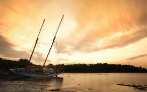 Puesta de sol y velero