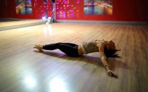 Una chica en el piso bailando