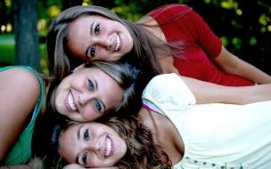 Chicas amigas sonrientes