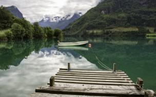 Un lago verde y un bote