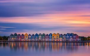 Reflejos de casas en lago
