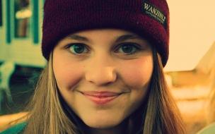 Chica sonriendo con gorra