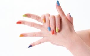 Uñas pintadas de colores