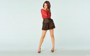 Mila Kunis con tacos altos