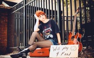 Karoline Kate con su guitarra