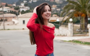 Una chica de polera roja