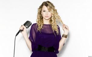 Taylor Swift con un micrófono