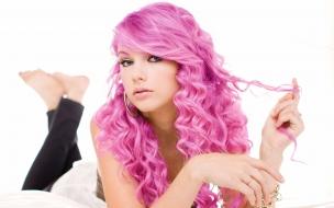 Taylor Swift y su pelo fucsia