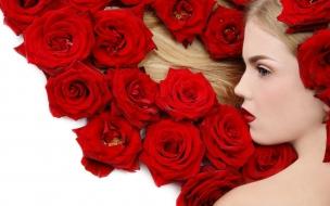 Una rubia y rosas rojas