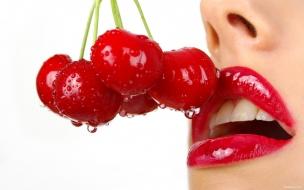 Labios y cerezas rojas