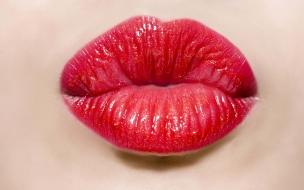Un beso con labios rojos