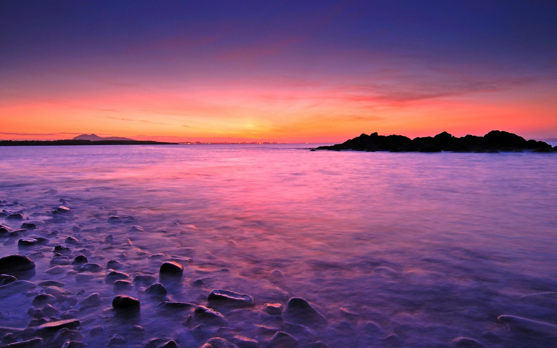 Amanecer en playa rocosa - 1920x1200