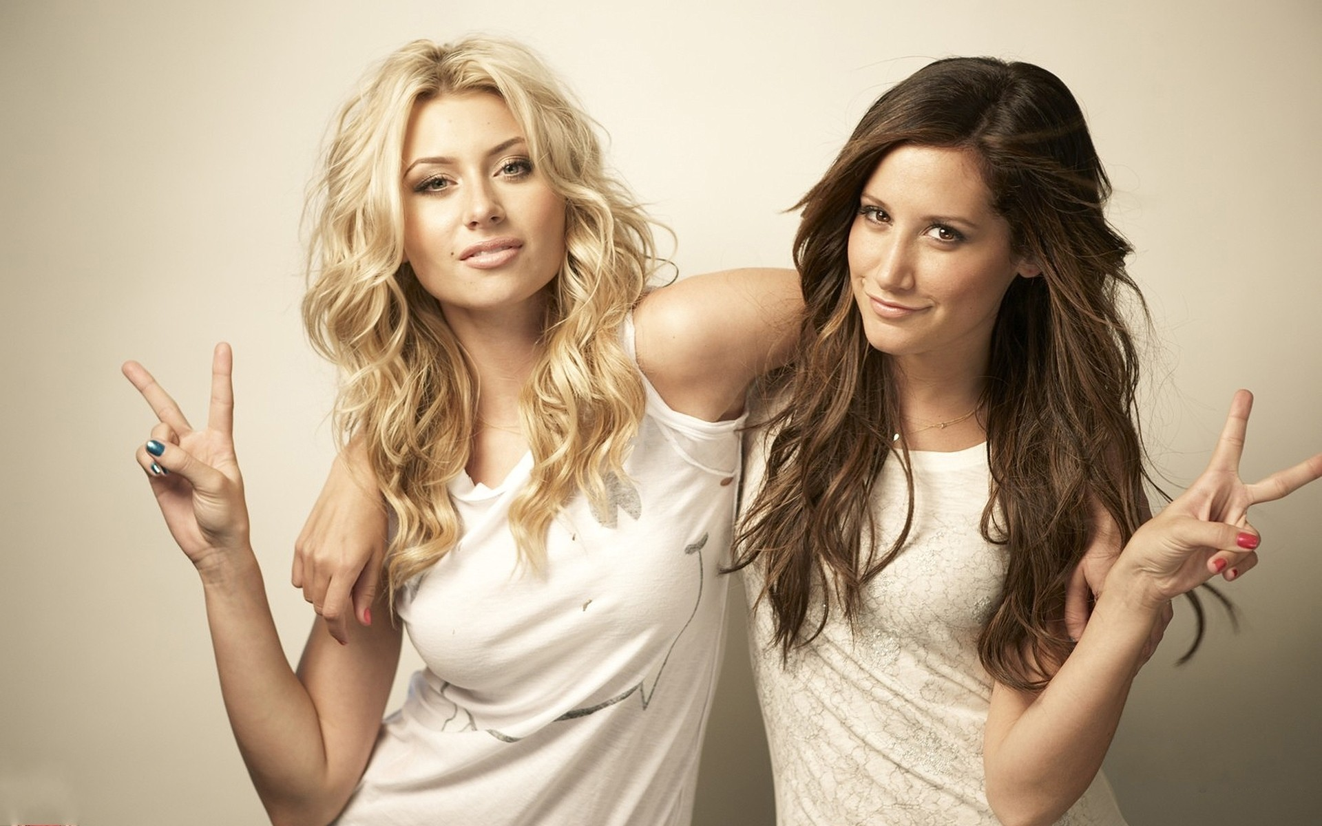 Ashley Tisdale y Alyson Michalka - 1920x1200
