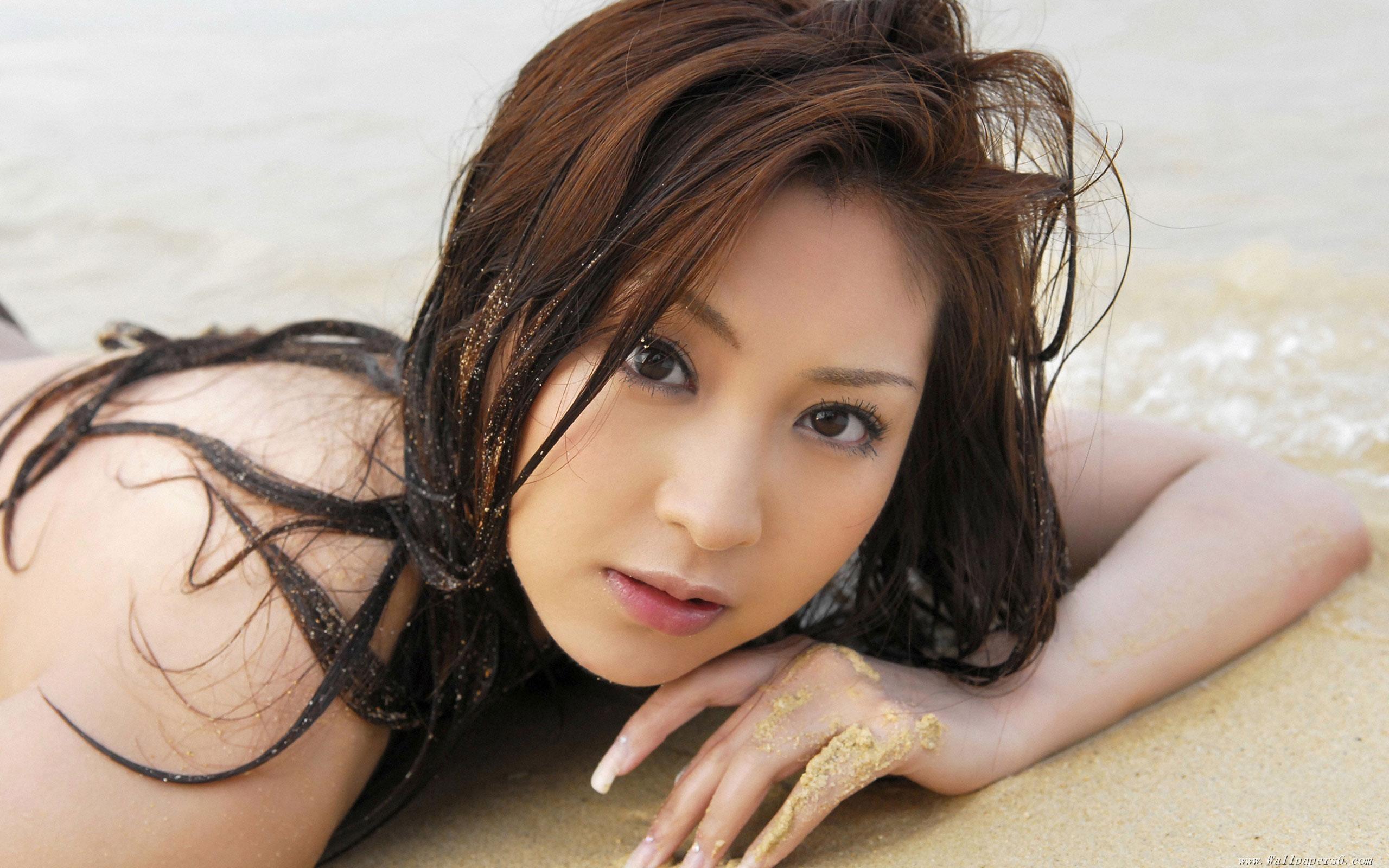 Asiáticas bañándose en playas - 2560x1600