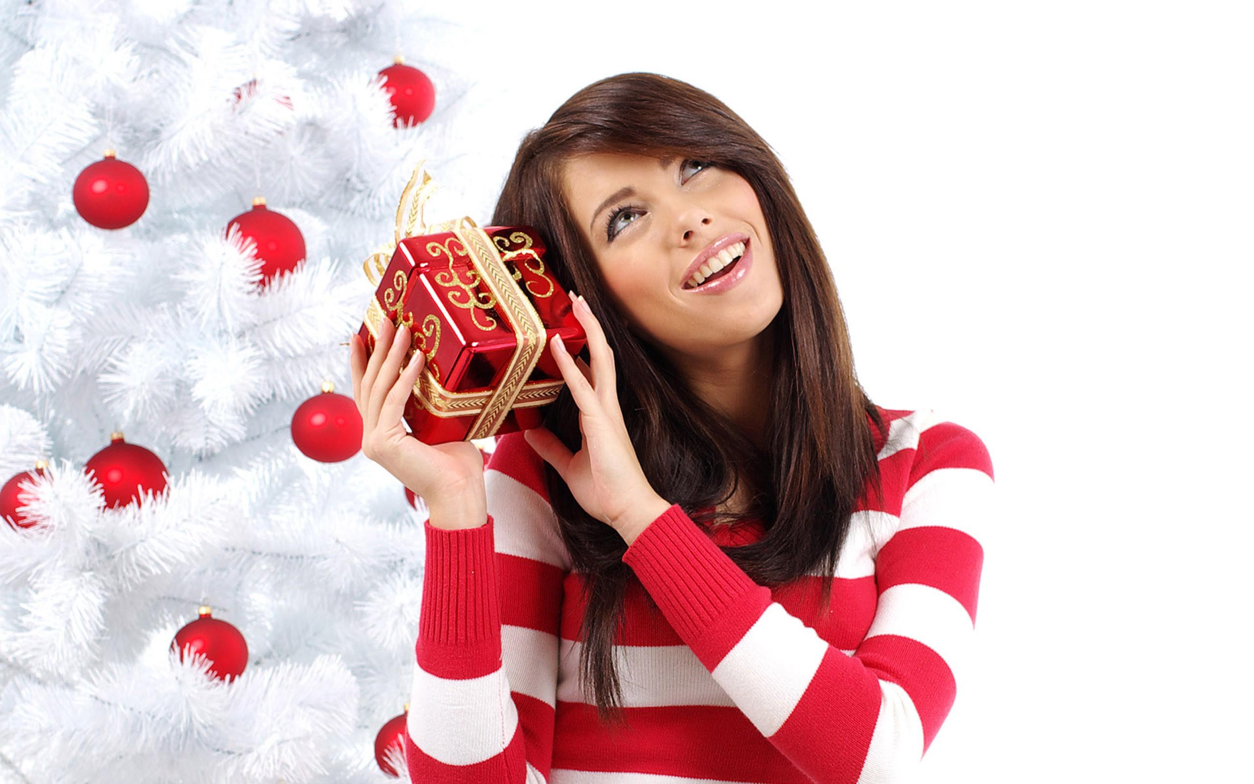 Bella mujer con regalo para navidad - 2560x1600