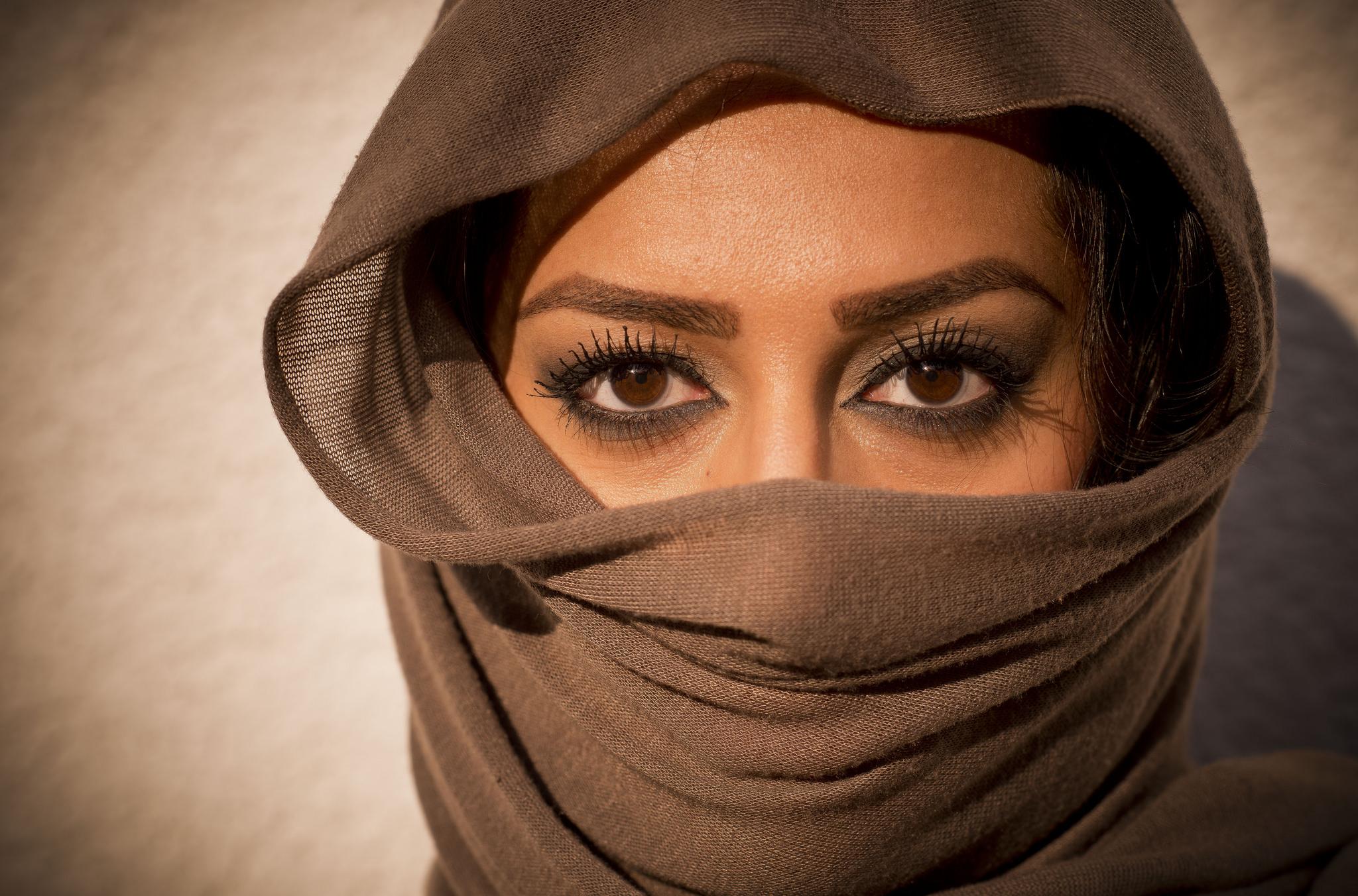 Bella mujer con su rostro tapado - 2048x1352