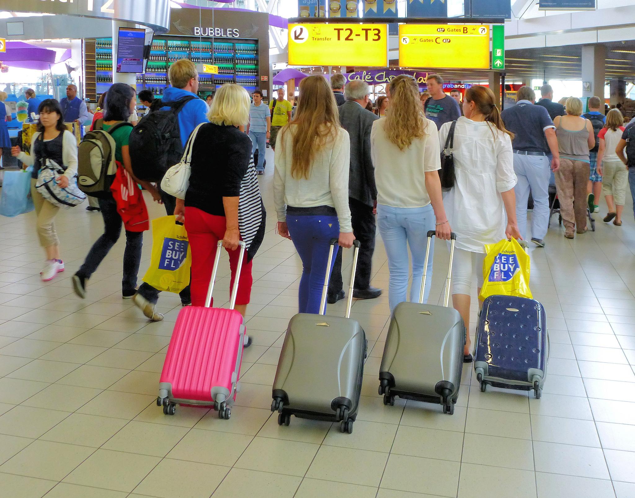 Bellas rubias en el aeropuerto - 2048x1606