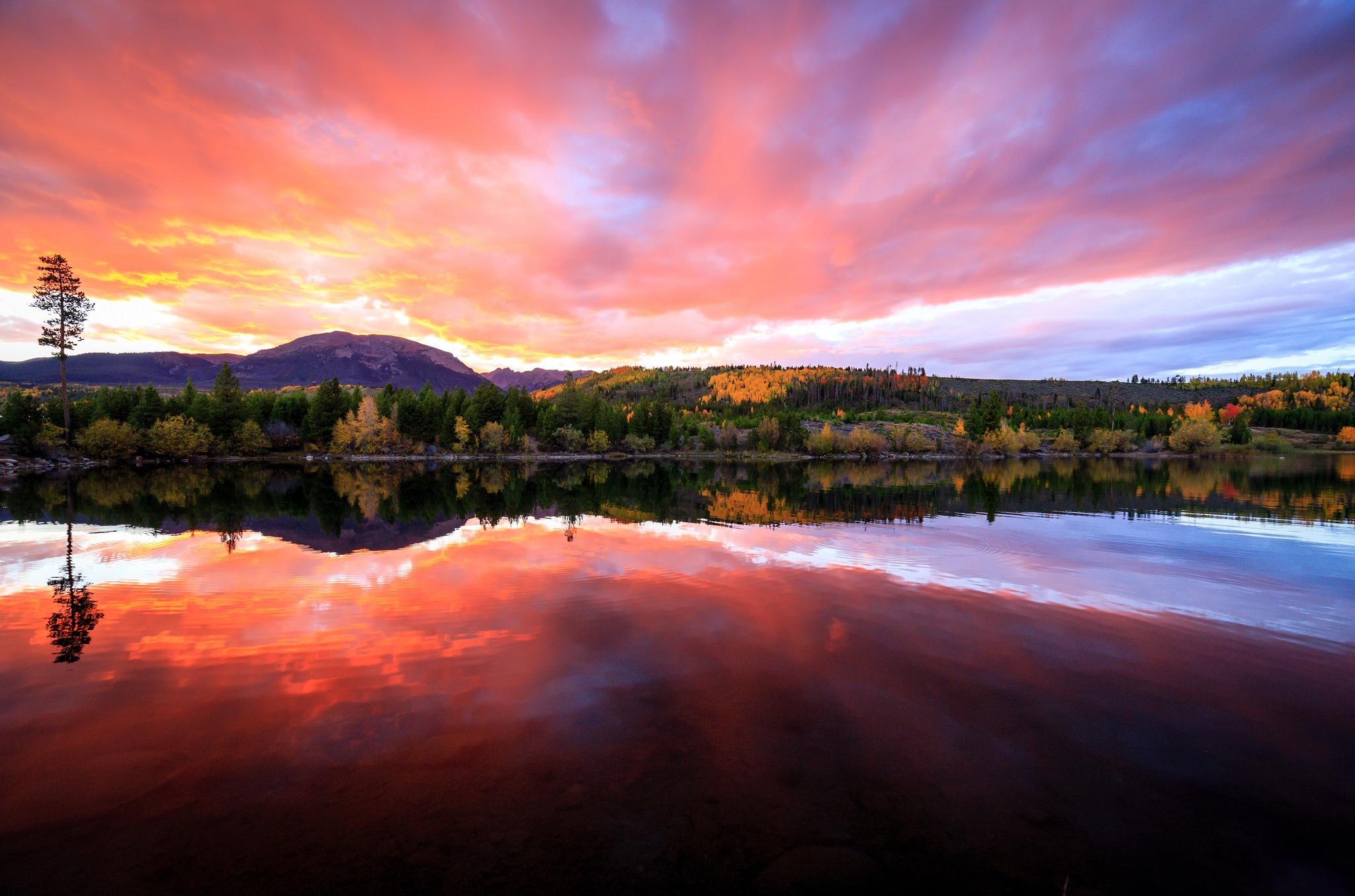 Bellos reflejos en un lago - 2048x1355