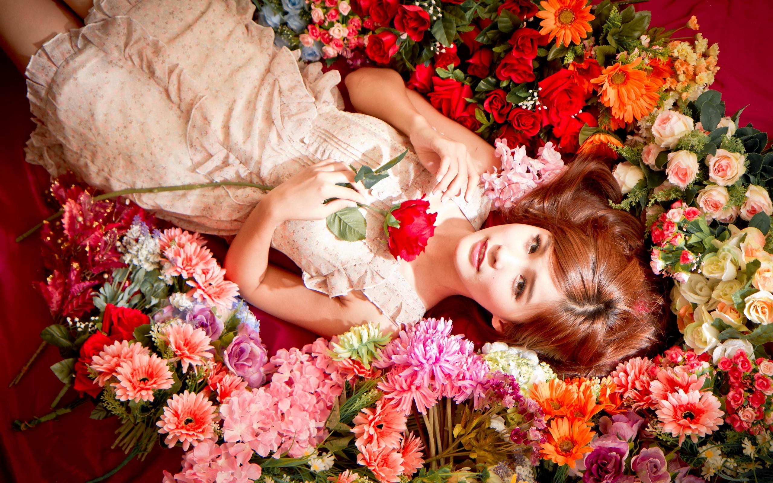 Chica asiática y flores - 2560x1600