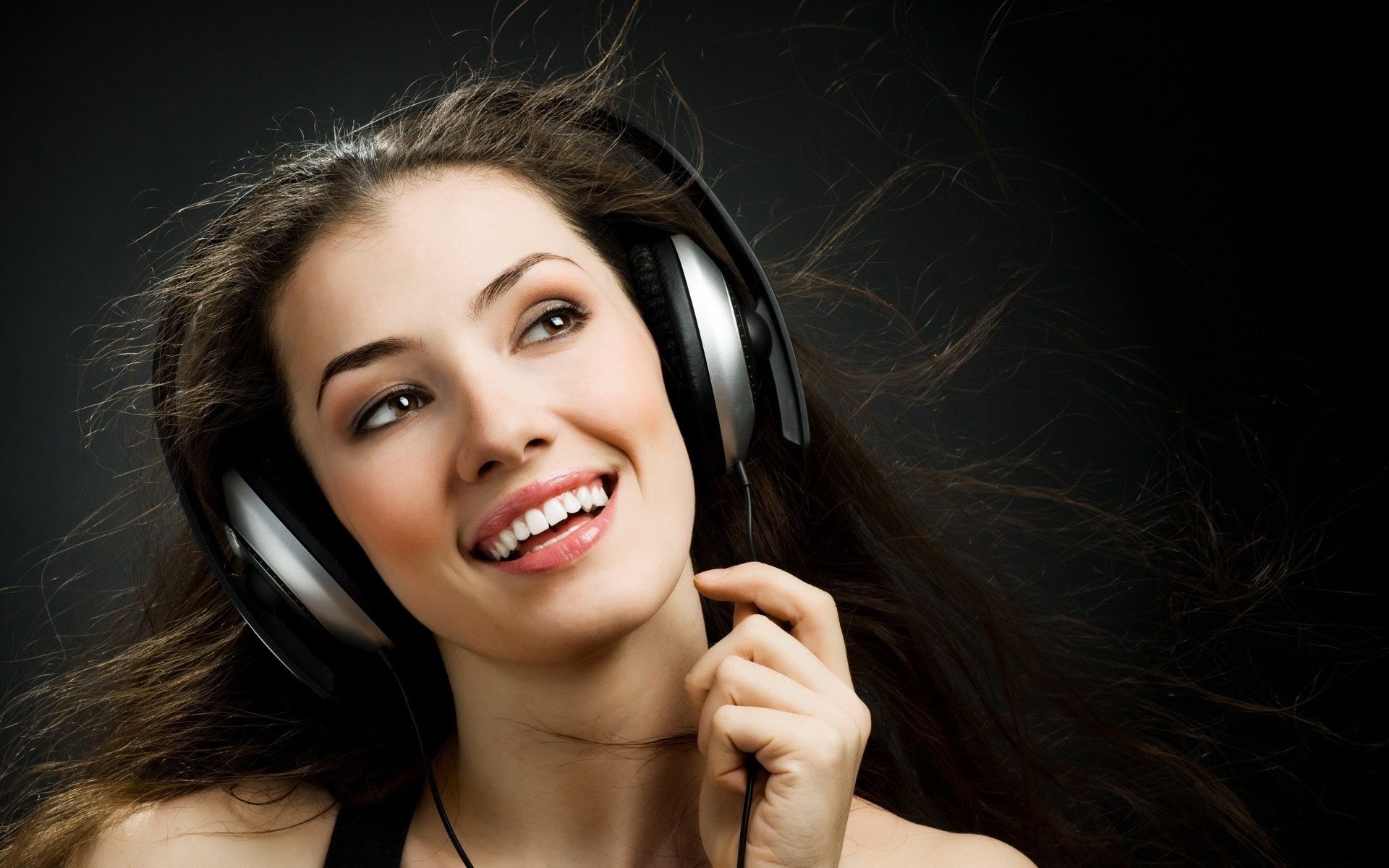 Chica con audifonos - 1920x1200