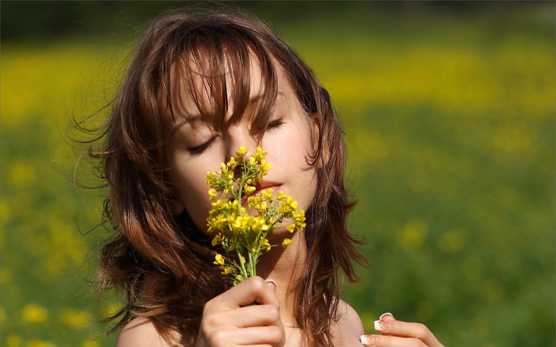 Chica oliendo flores - 1920x1200