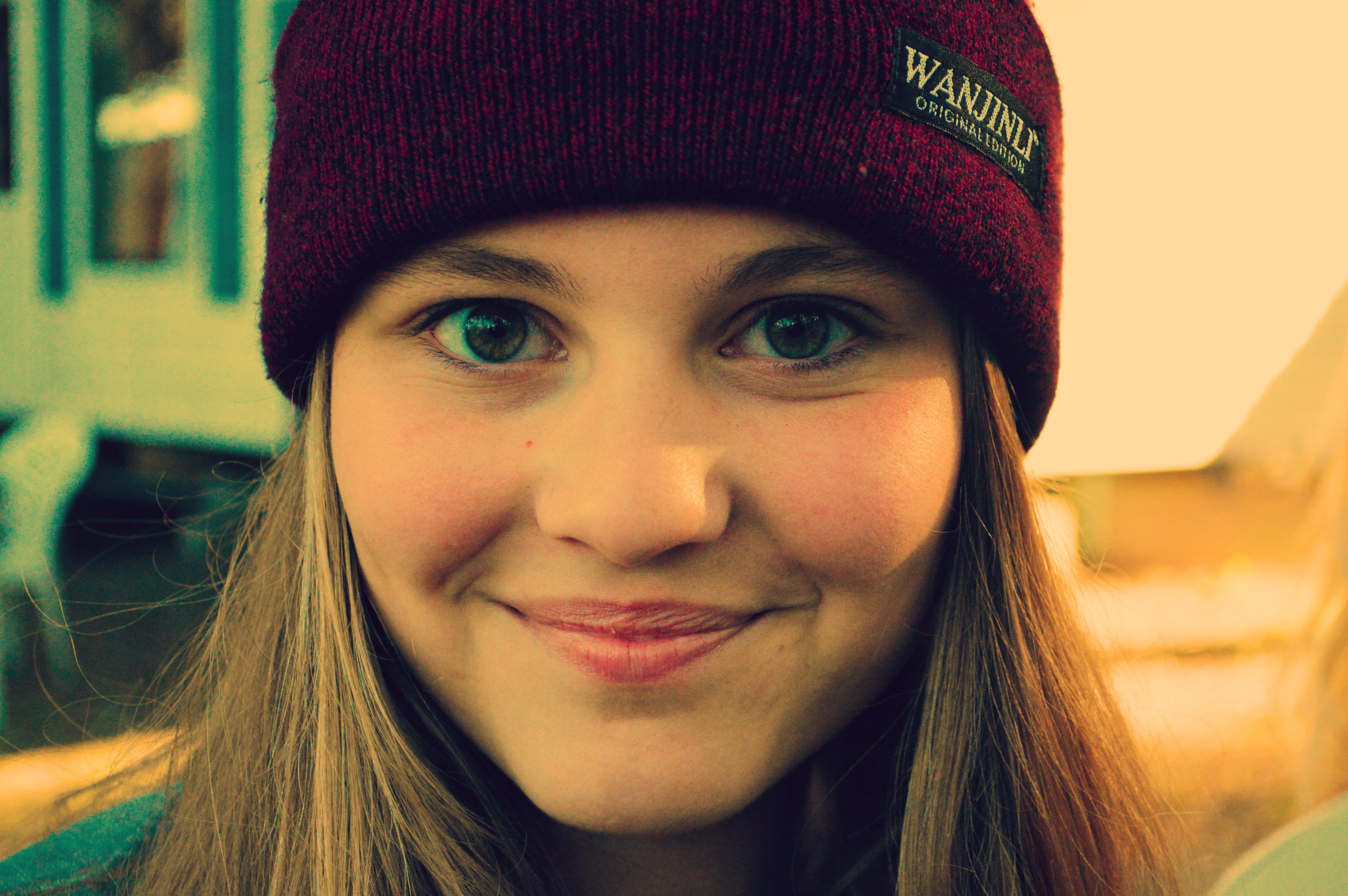Chica sonriendo con gorra - 6018x4001
