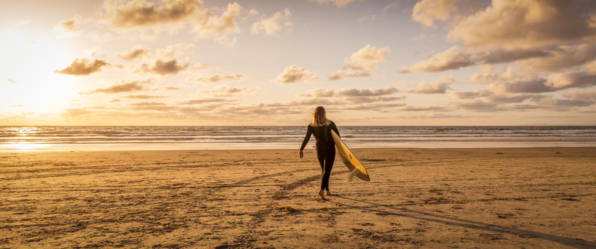 Chica Surf al atardecer - 2048x857