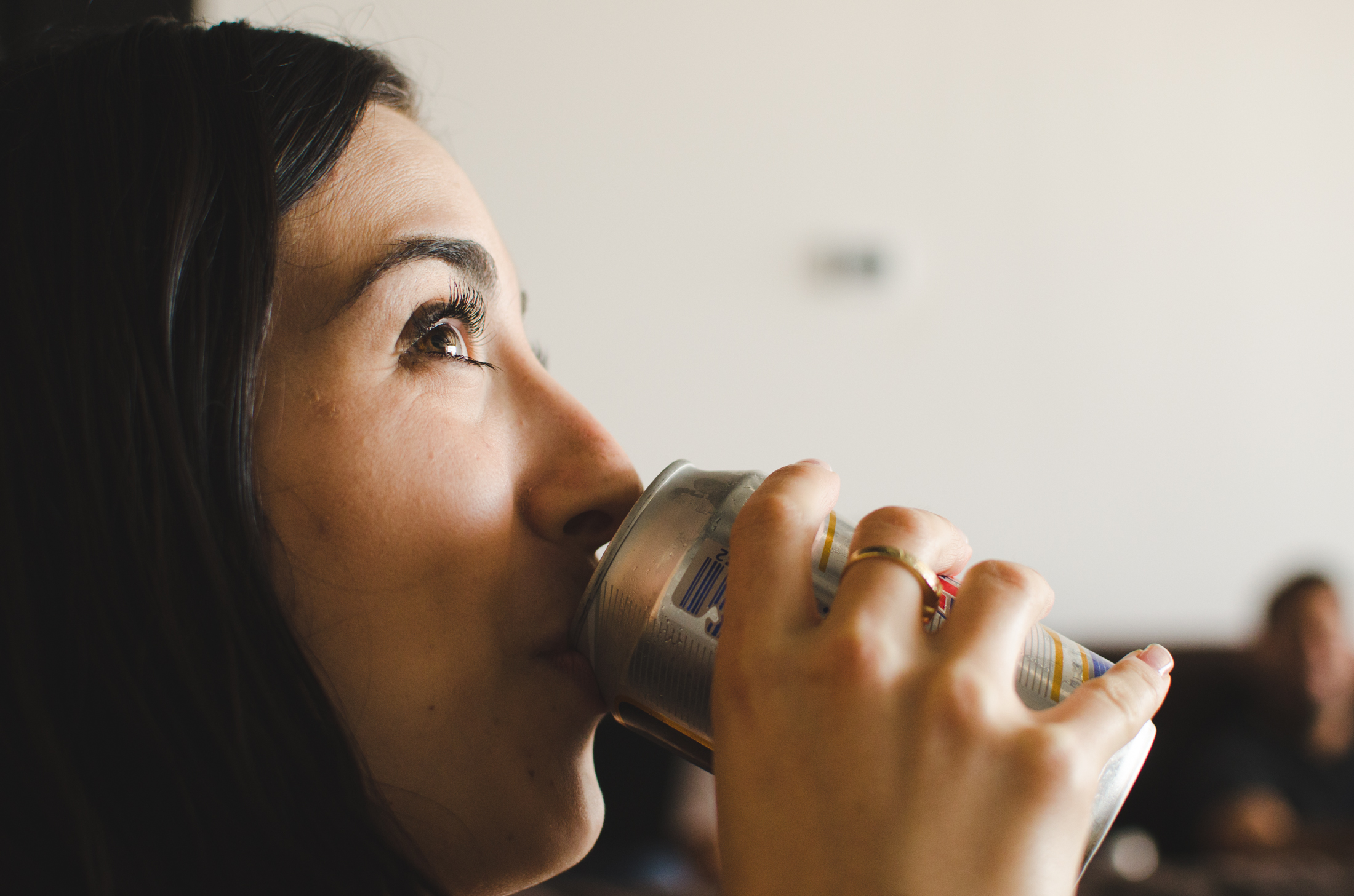 Chica tomando lata de cerveza - 2200x1457