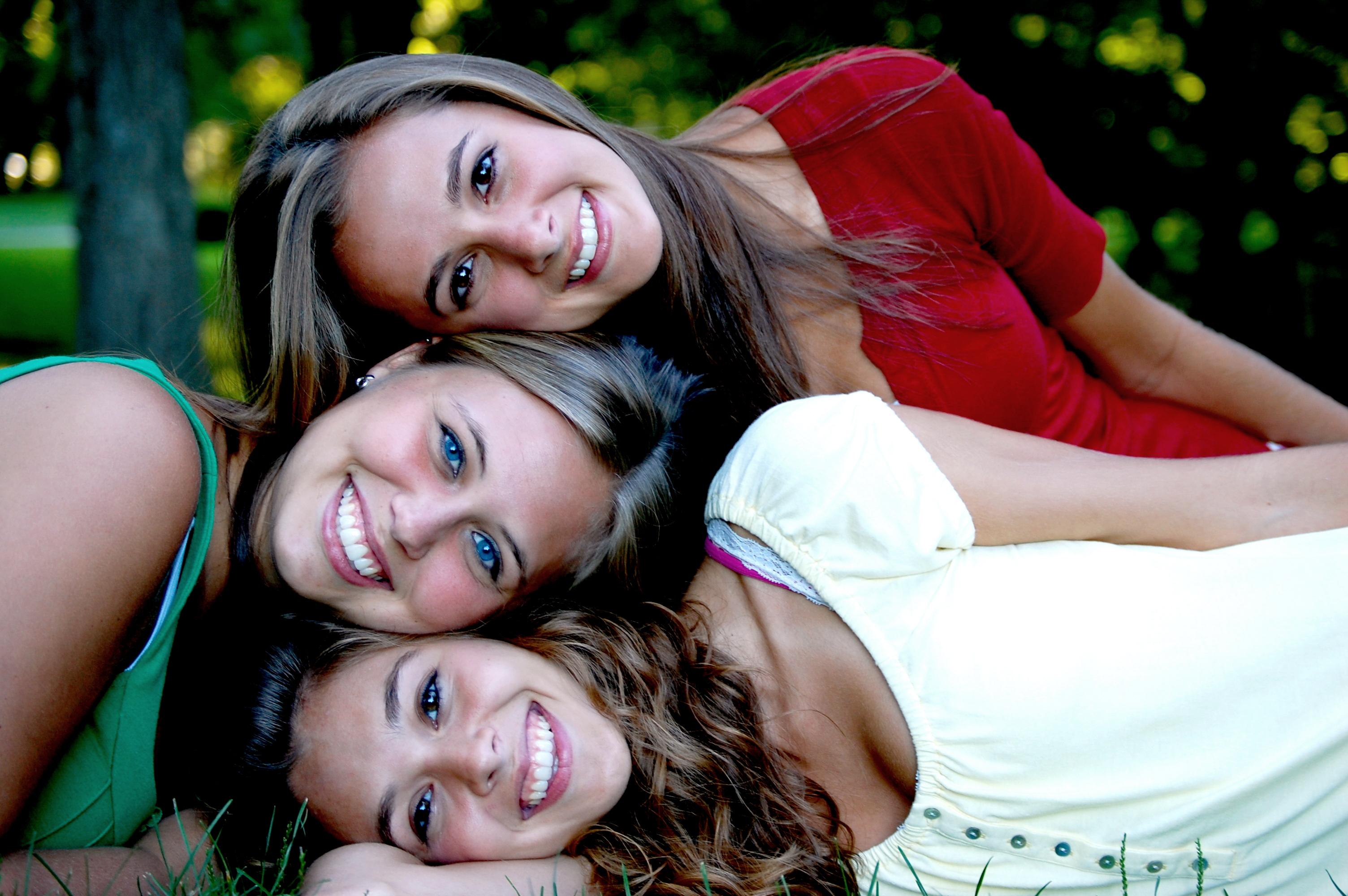 Chicas amigas sonrientes - 3008x2000