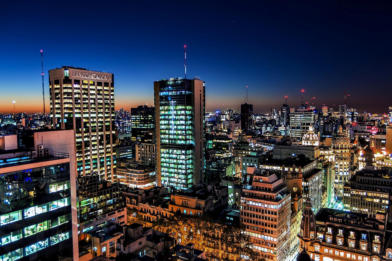 Edificios de noche - 1600x1063