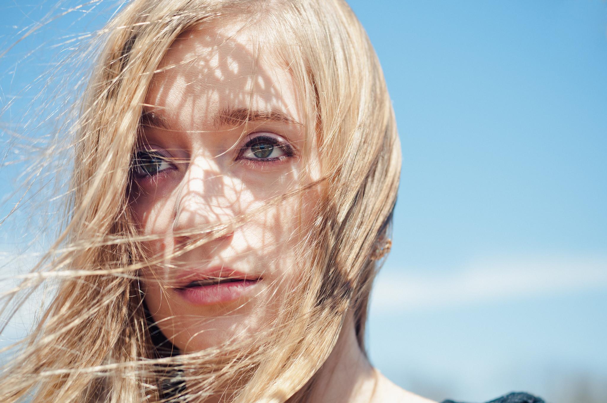 El rostro de una bella rubia - 2048x1360