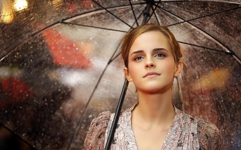 Emma Watson con paraguas - 1440x900
