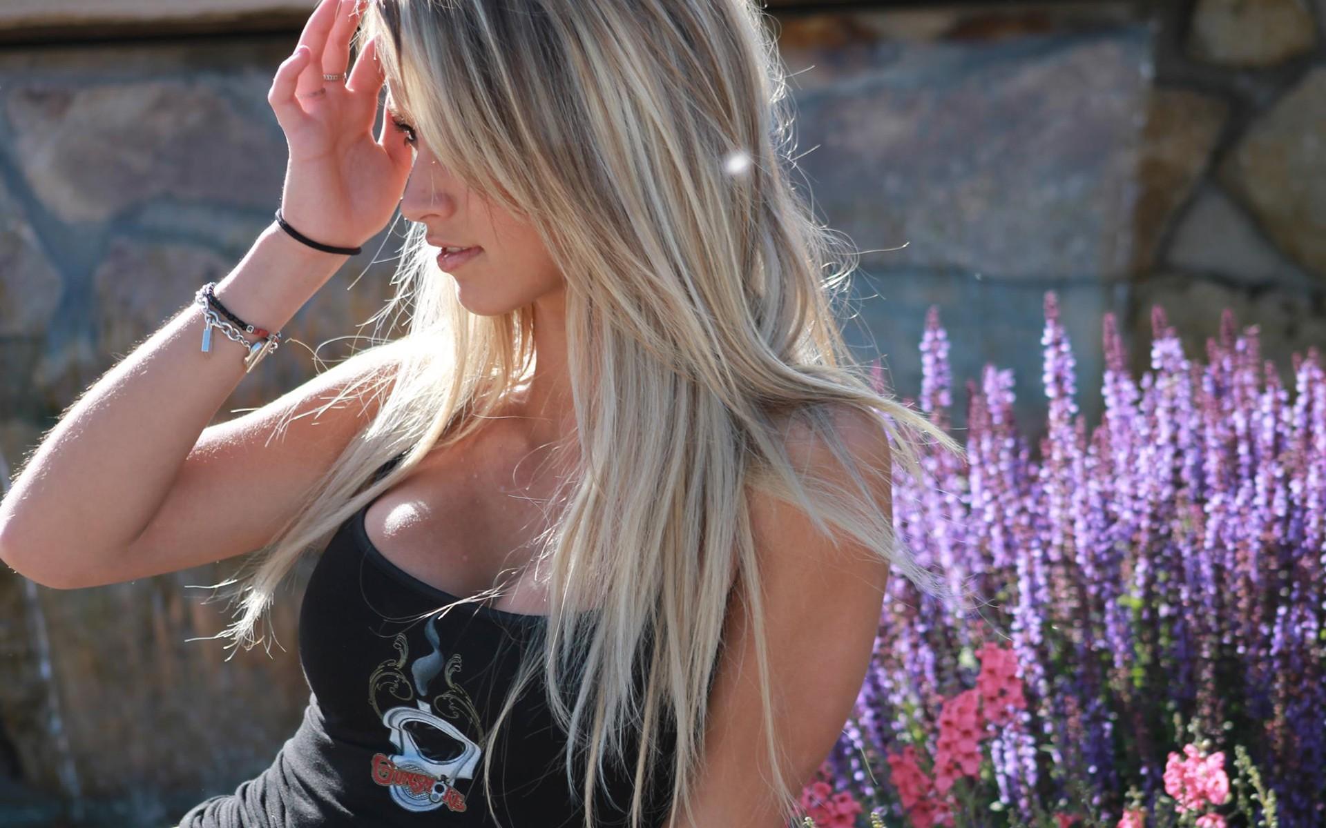 Hermosa Rubia y flores - 1920x1200