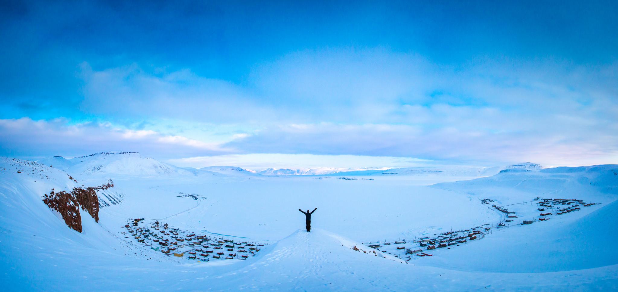 Hombre en la nieve - 2048x970