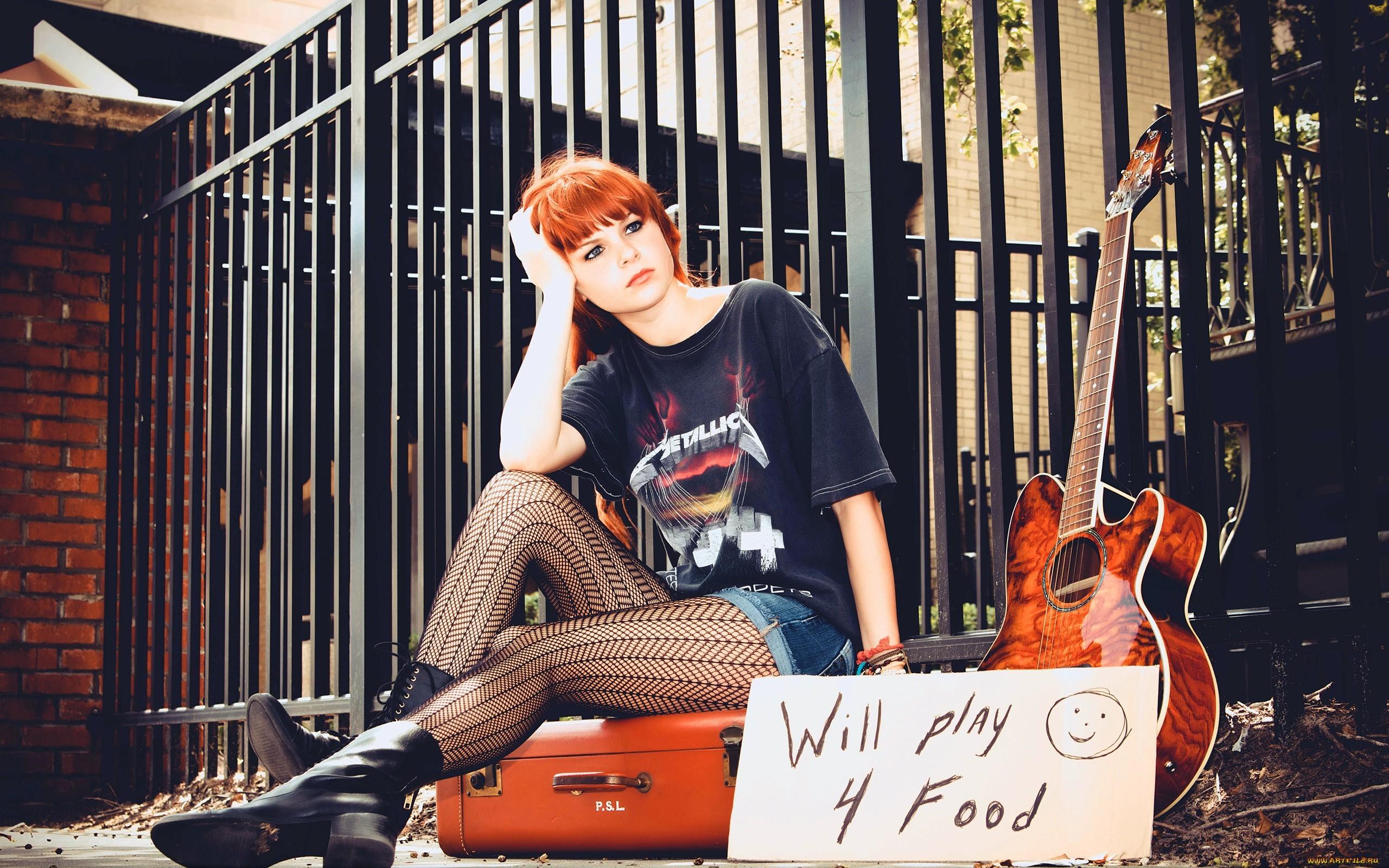 Karoline Kate con su guitarra - 2560x1600 title=