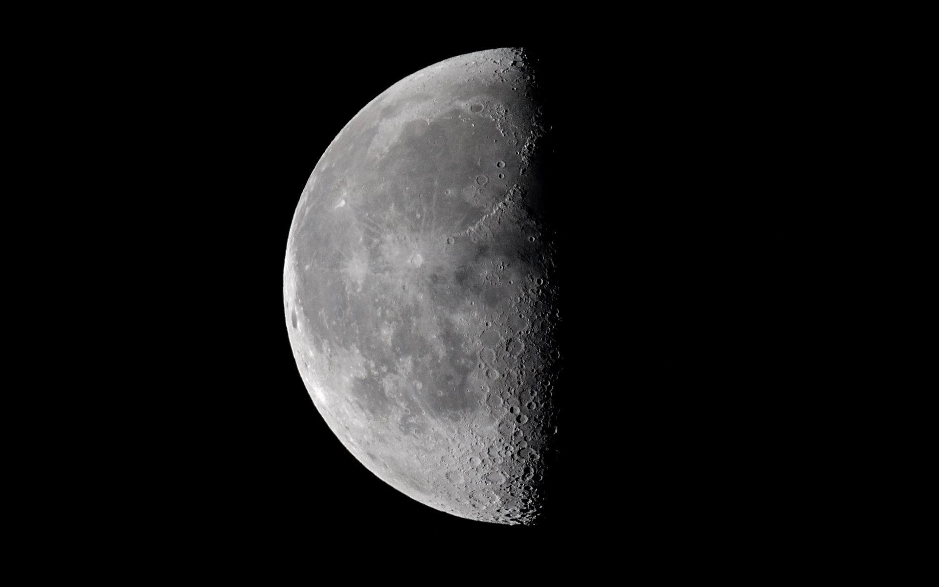 La mitad de una luna llena - 1920x1200
