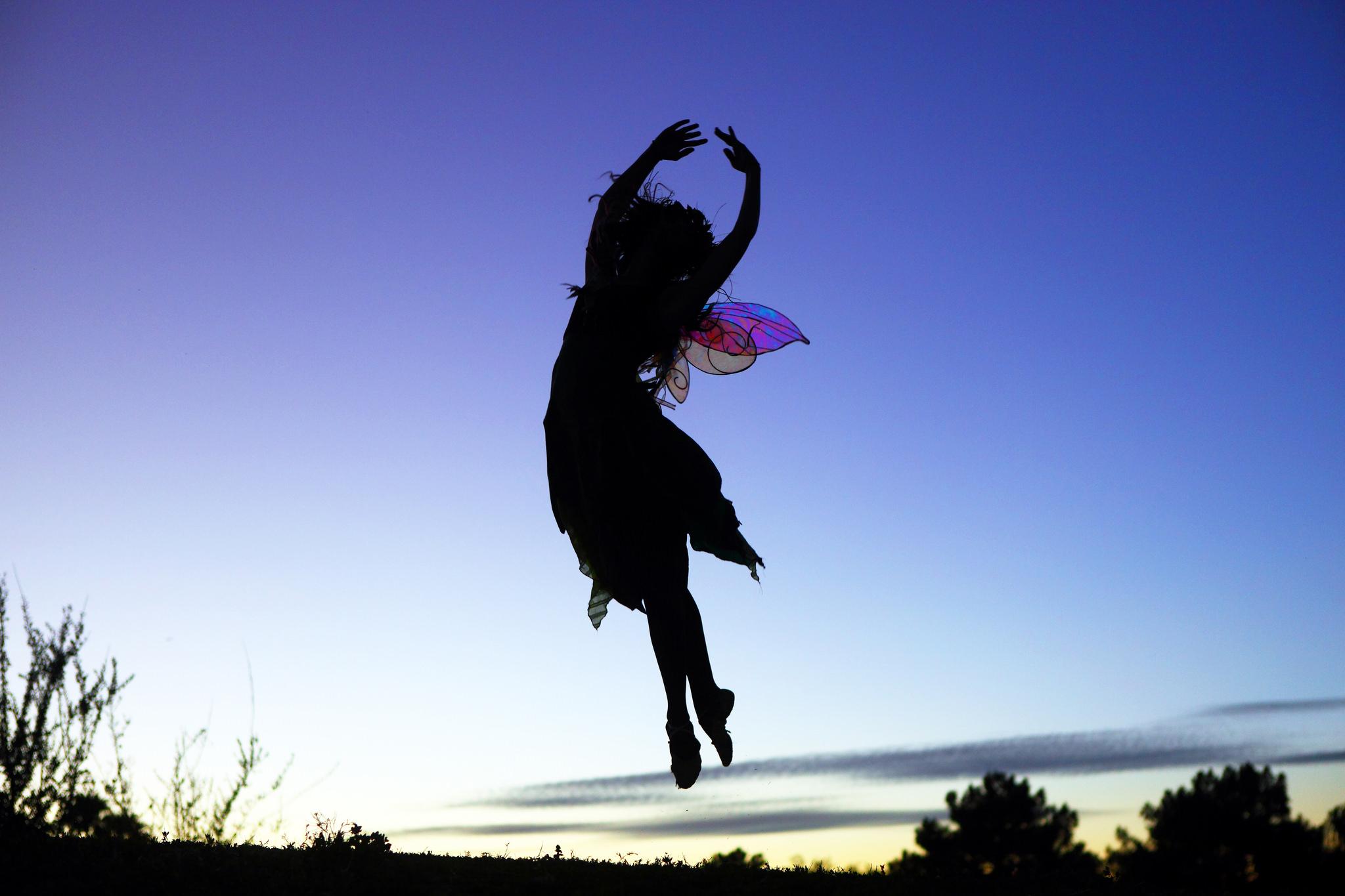 La silueta de una chica saltando - 2048x1365
