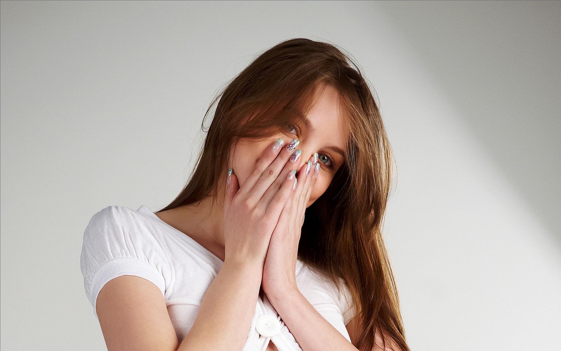 Linda chica con uñas pintadas - 1920x1200