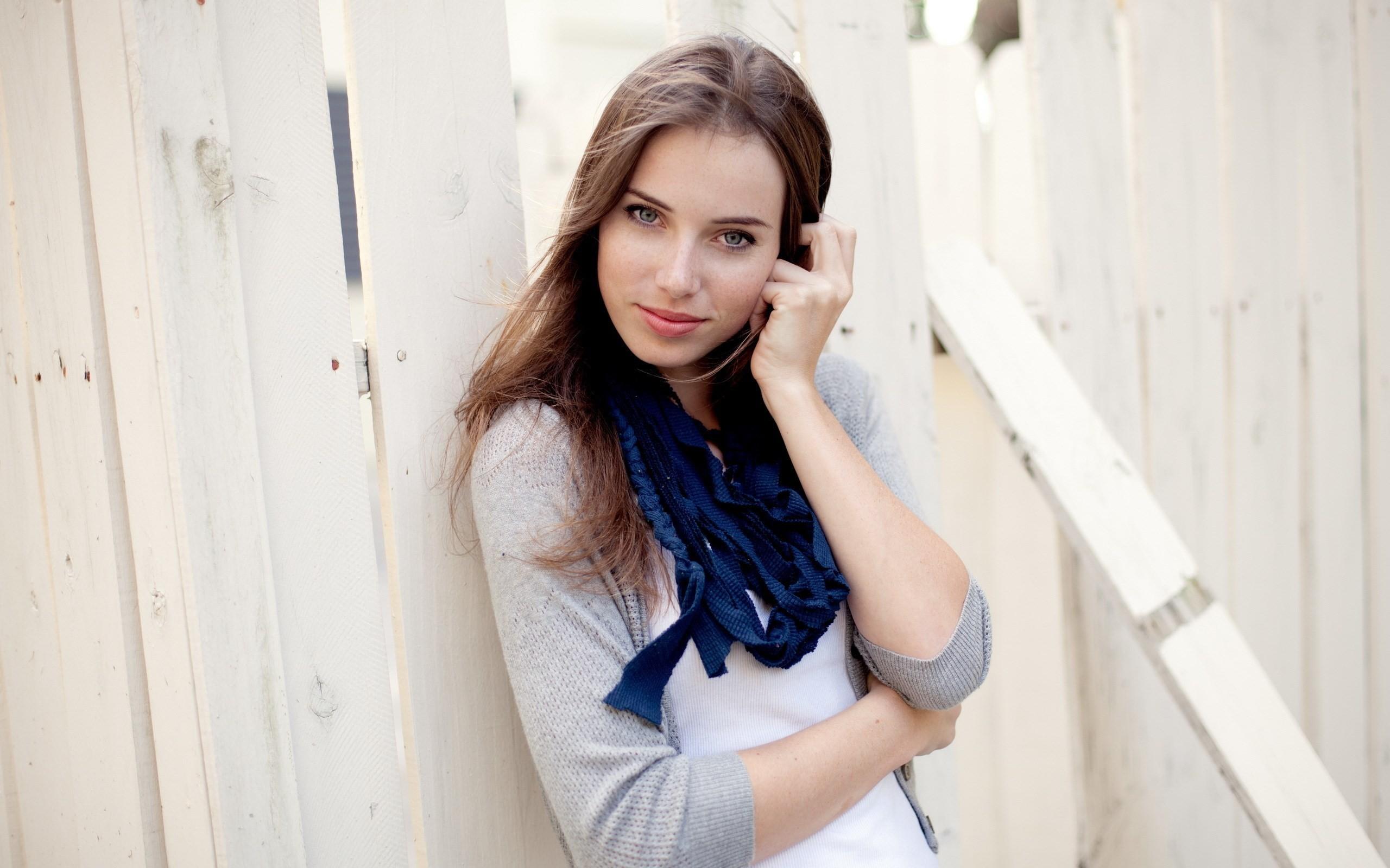 Linda chica de ojos azules - 2560x1600