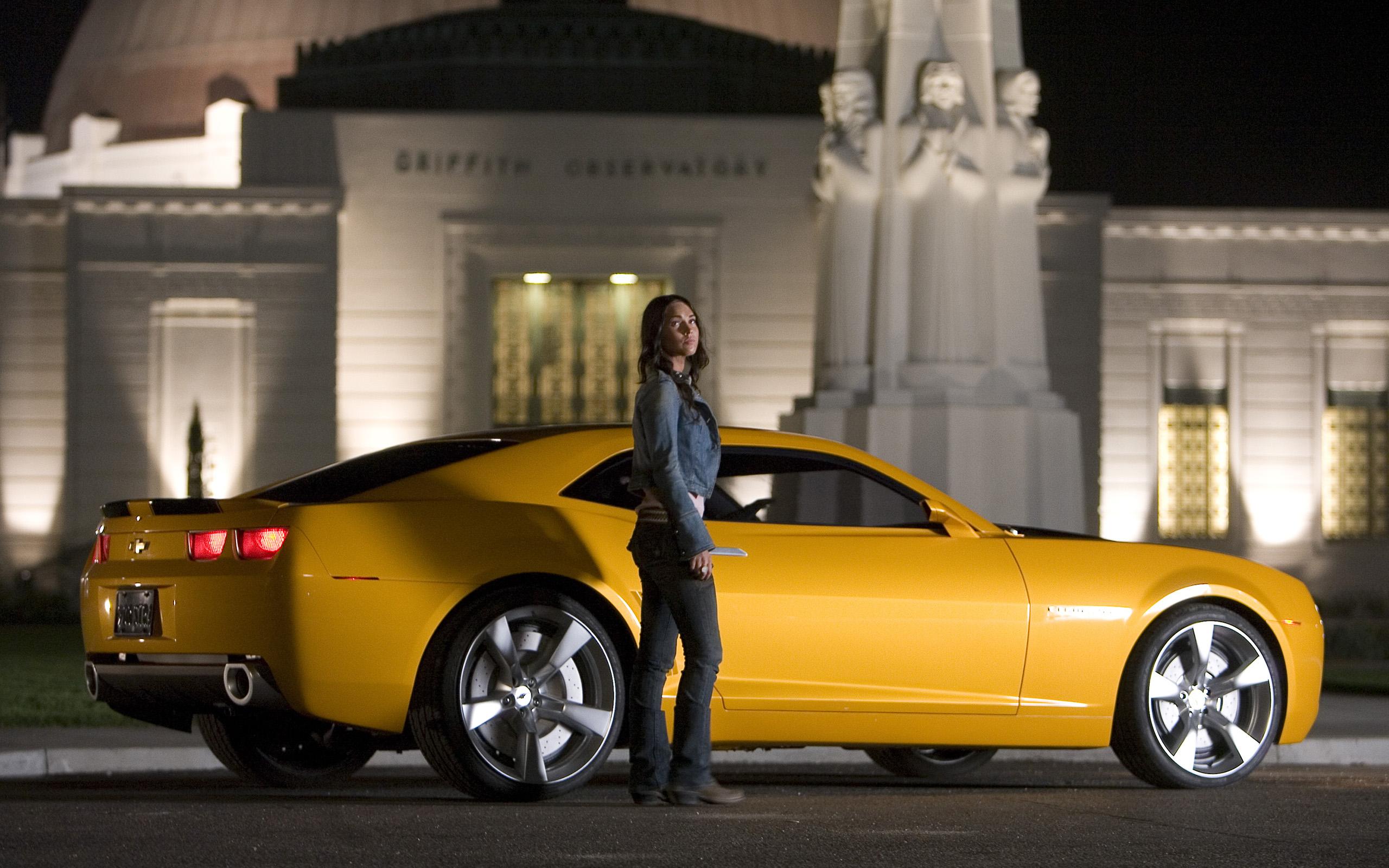 Megan Fox y un Camaro - 2560x1600