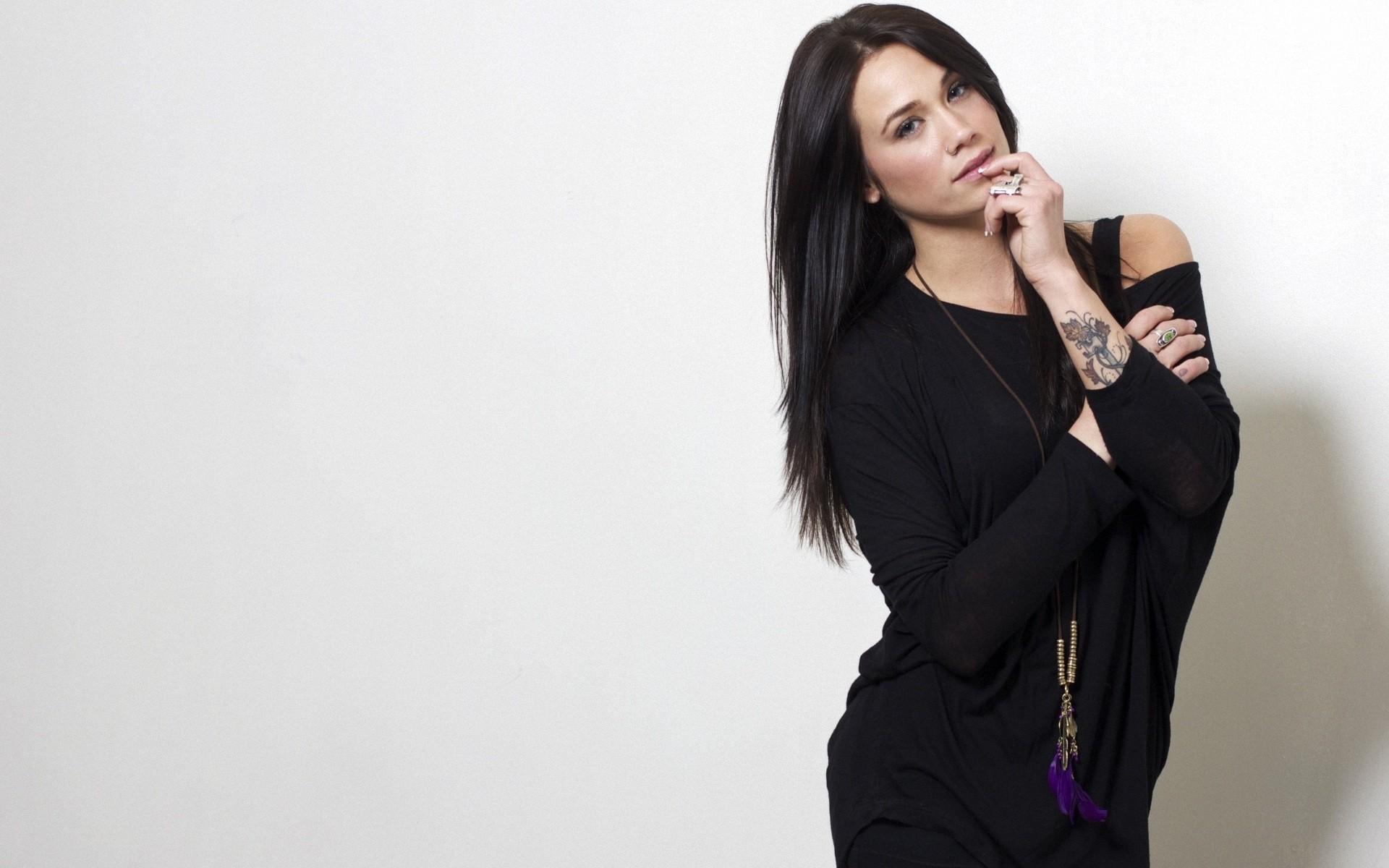 Megan Lyn con vestido negro - 1920x1200