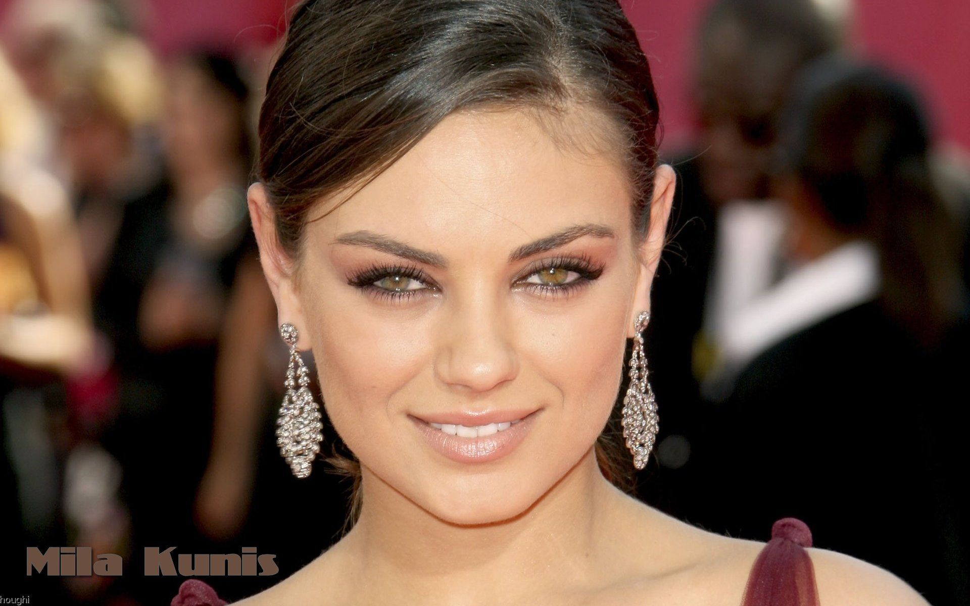 Mila Kunis con ojos verdes - 1920x1200