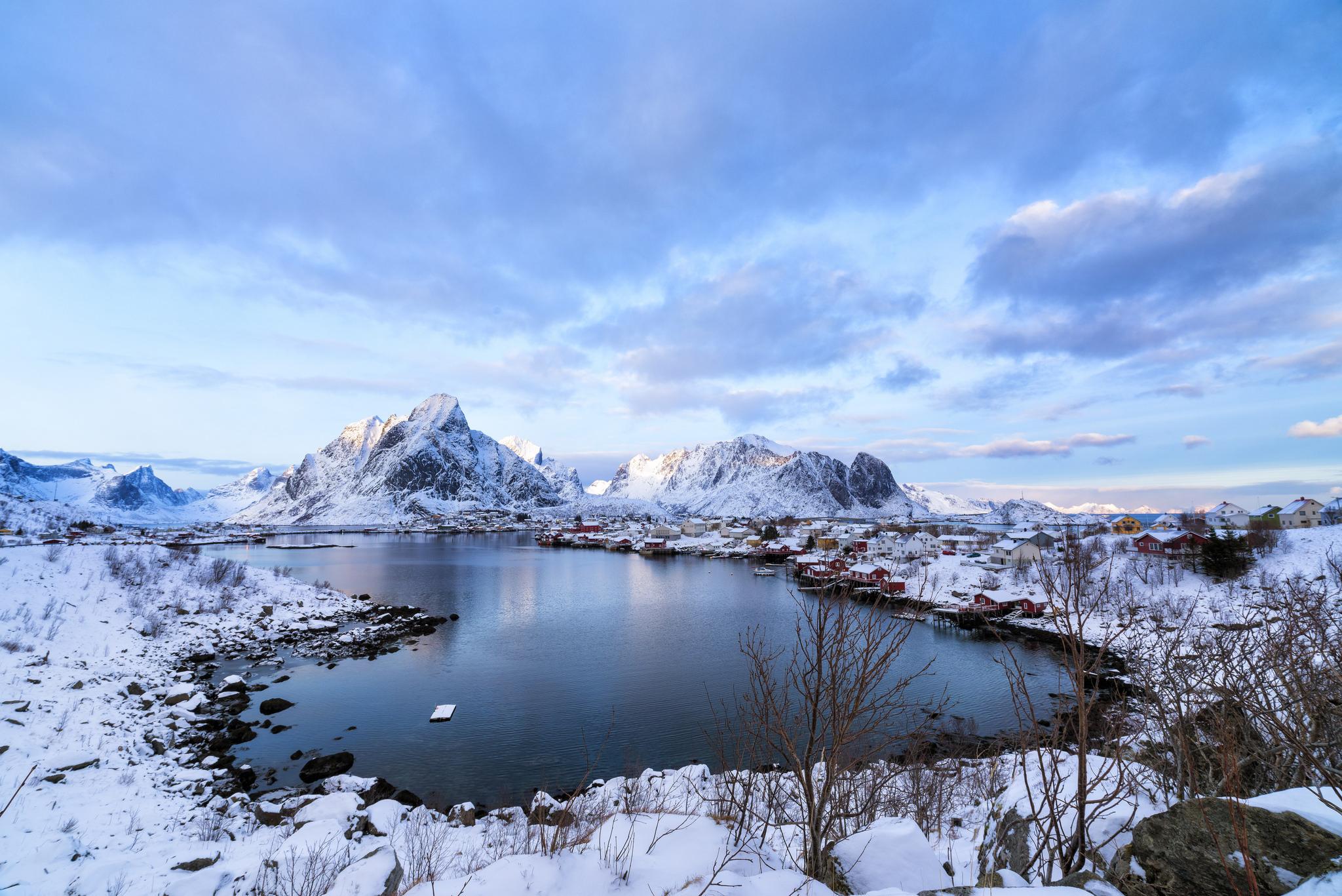 Montañas de nieve y lago - 2048x1367