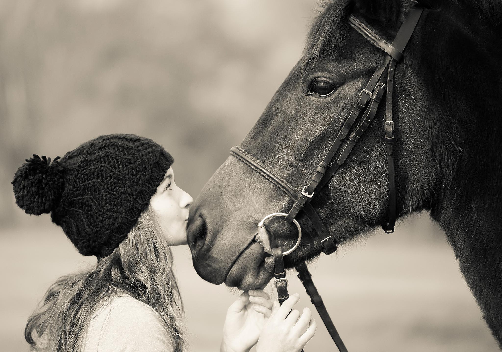 Mujer besando a caballo - 2048x1435