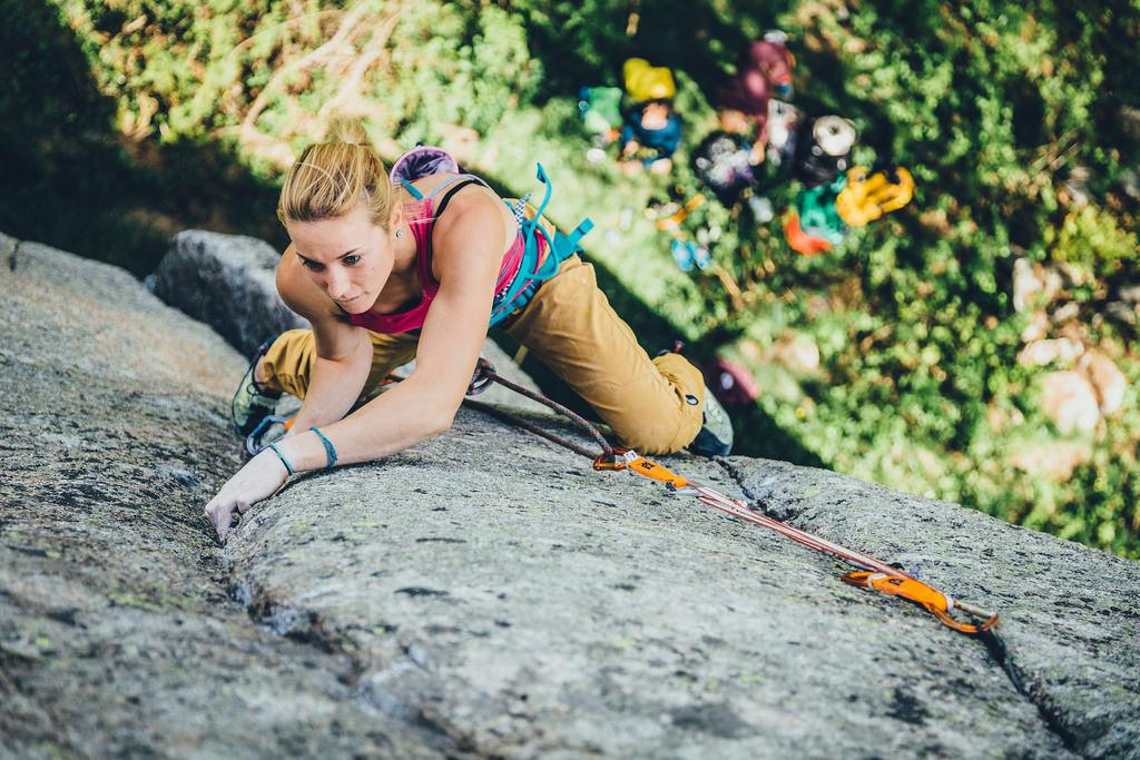 Mujer escalando - 1024x683