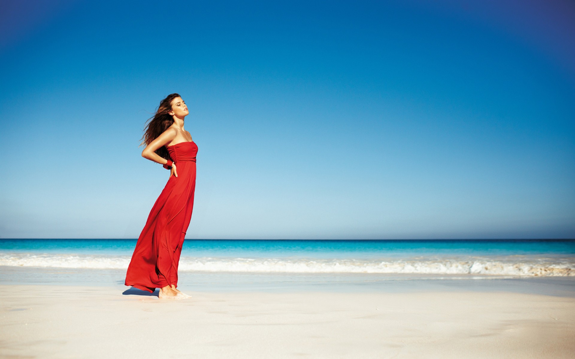 Nina Agdal en la playa - 1920x1200