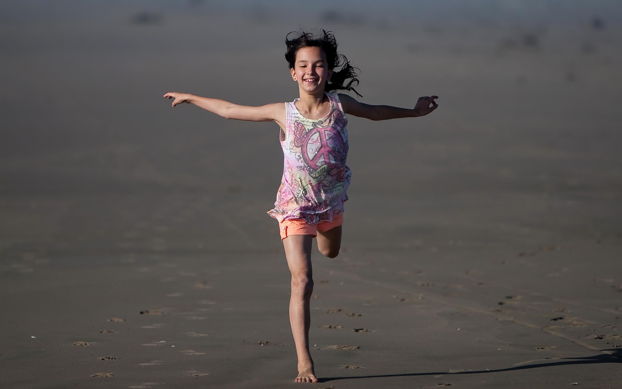 Niña en la playa - 2560x1600