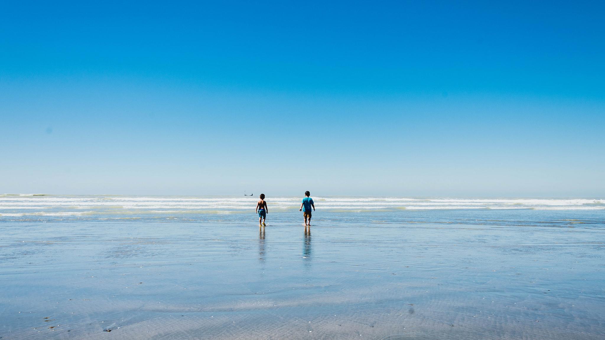 Niños en la playas - 2048x1152