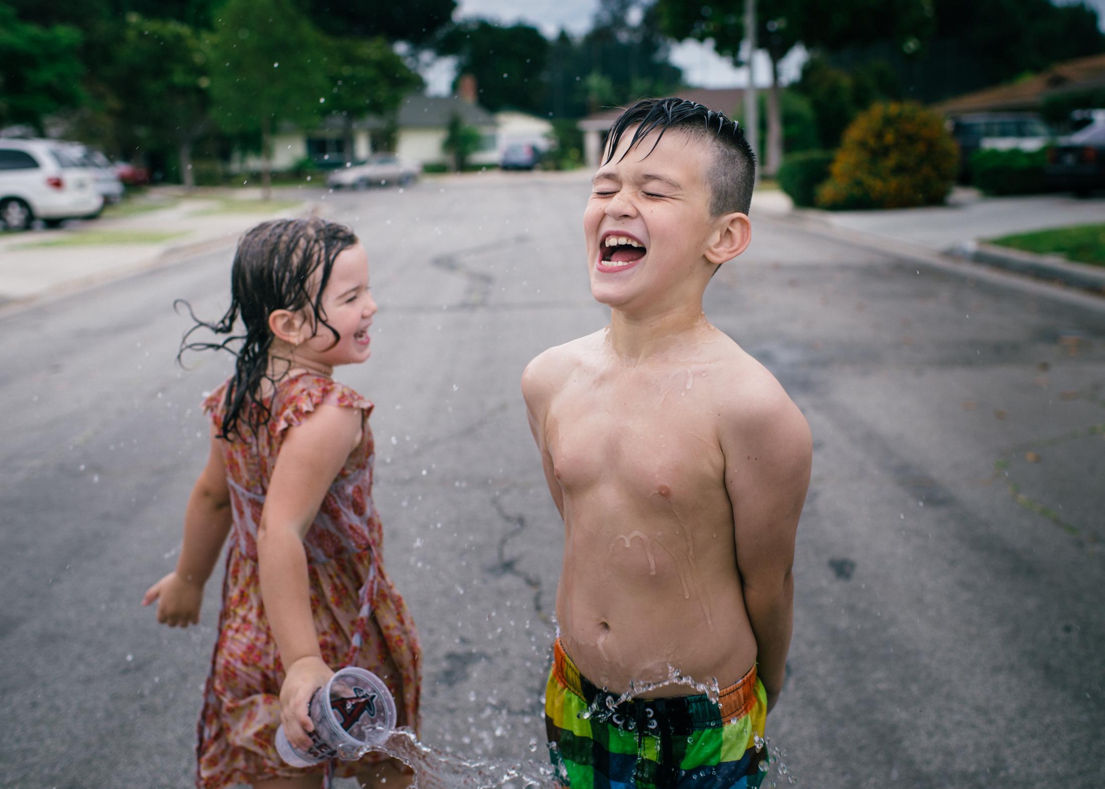 Niños jugando con agua - 2200x1571