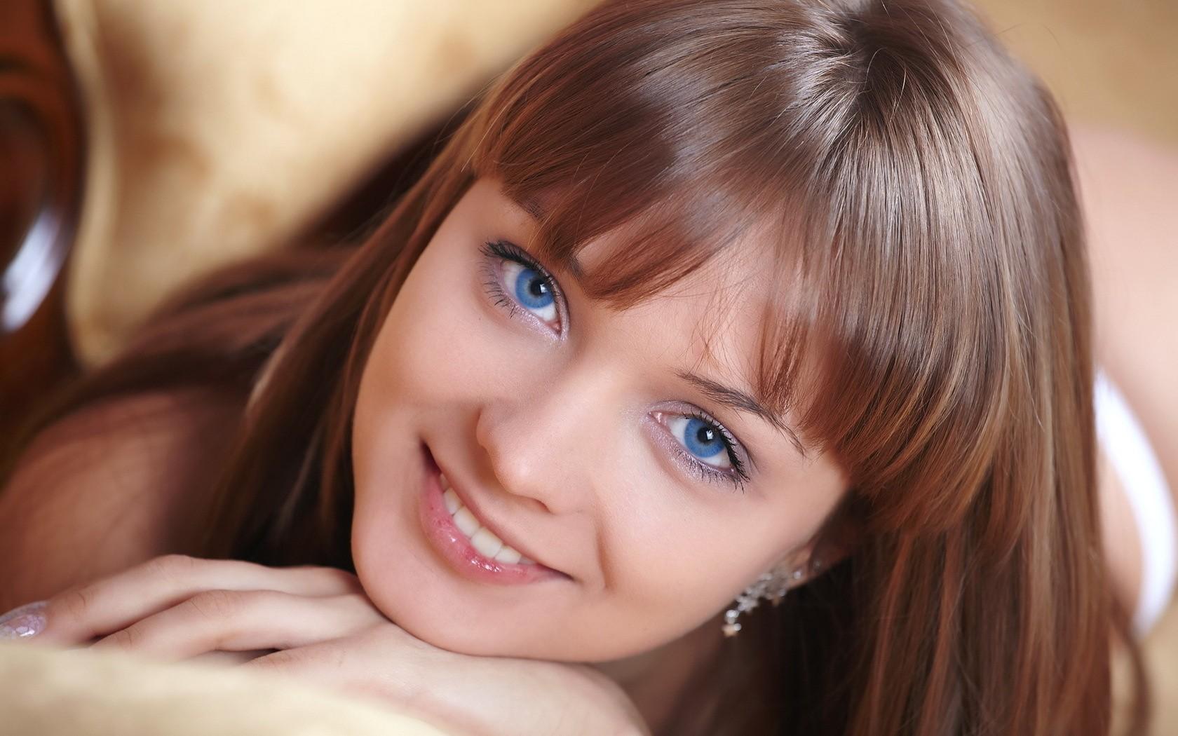 Ojos celestes - 1680x1050